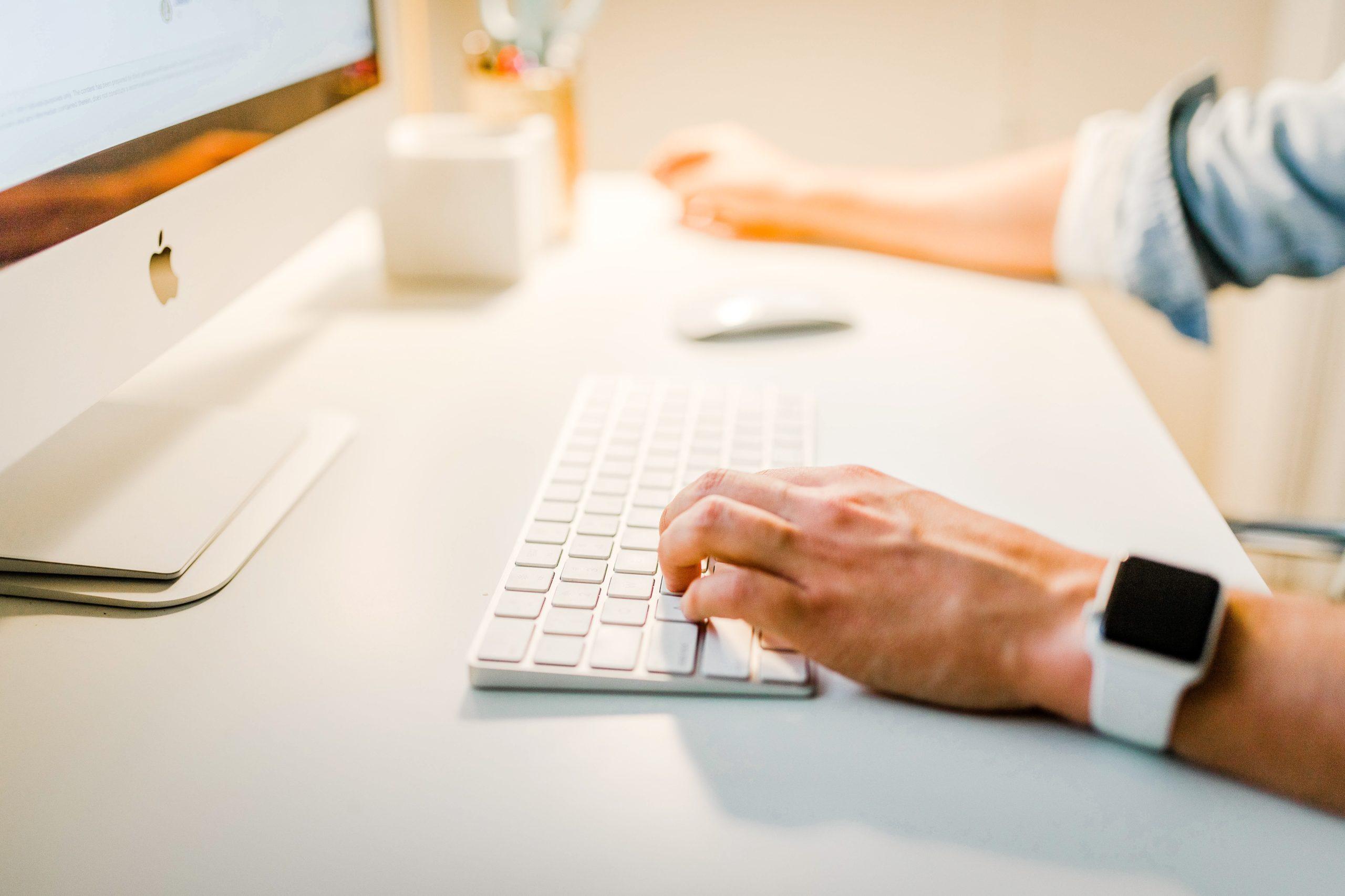 homme qui suit une formation sur un ordinateur